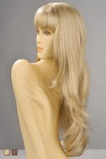 Perruque Diane : Perruque longue et légèrement ondulante avec une frange droite effilée qui souligne le regard, en blond ou chatain.